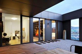 Terasa apartamentului partial acoperita