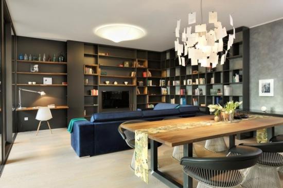 Zona de living si dining cu canapea albastra si biblioteca deschisa