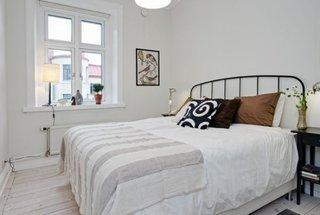 Dormitor alb cu pat din fier forjat