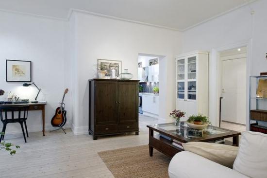 Living cu pereti albi si mobila rustica
