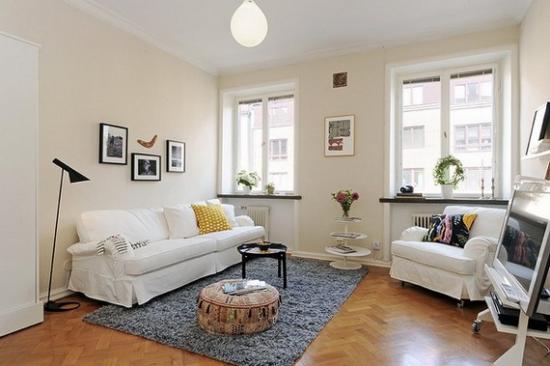 Canapea si fotoliu cu husa alba detasabila pentru un living amenajar simplu
