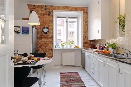 Mobila alba de bucatarie stil suedez si perete placat cu piatra