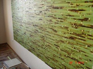 Perete de accent in living cu anou decorativ din bete de bambus