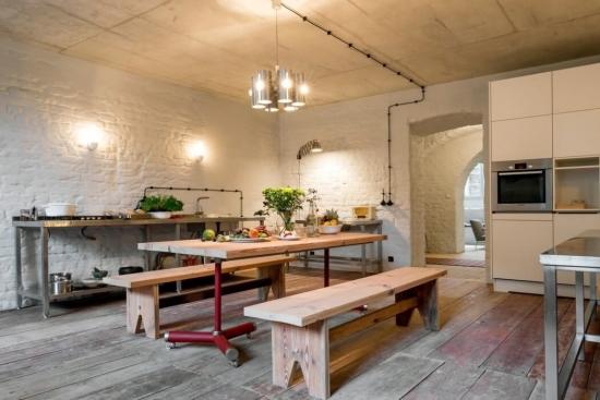 Bucatarie cu pereti rustici si mobila moderna