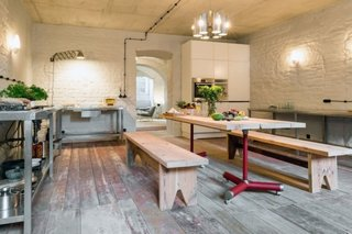 Masa de bucatarie din lemn cu doua bancute