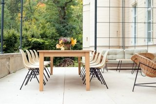 Masa de lemn masiv terasa cu scaune moderne replica Eames