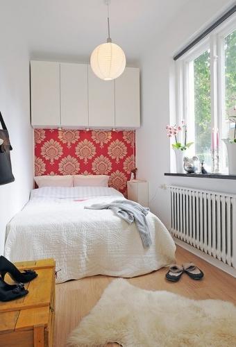 Corpuri suspendate in dormitor deasupra patului