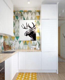 Bucatarie mica open space cu livingul cu mobila alba si faianta colorata viu