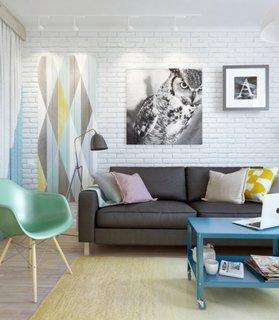 Living de apartament amenajat cu alb si gri si accente pastel