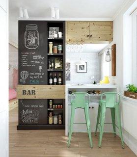 Zona de bar intr-o garsoniera cu dulapuri pentru depozitare si masa cu scaune