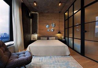 Dormitor cu perete din sticla