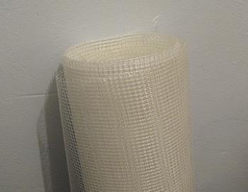 Aplicarea plasei din fibra de sticla cu adeziv peste polistiren