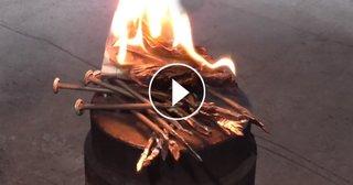 Aprindere foc cu ajutorul cuielor metalice