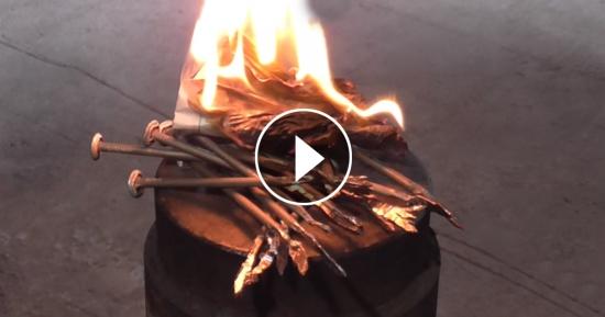 Cum aprinzi un foc cu ajutorul unui cui - bine de stiut in caz de nevoie!