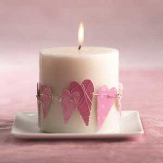 Aranjament hand made lumanare alba cu inimioare roz de carton