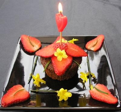 Farfurie cu aranjament romantic cu lumanare si capsuni