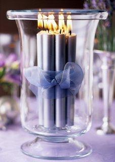 Lumanari argintii legate cu funda lila in recipient de sticla aranjament pentru ziua indragostitilor