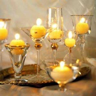 Lumanari galbene asezate in pahare de forme diferite