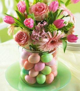 Aranjament pentru masa cu flori si oua vopsite
