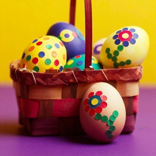 Cosulet impletit cu oua vopsite decorate cu confeti colorat