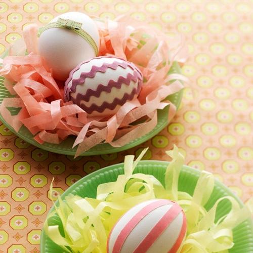 Farfurii colorate cu panglici si oua decorate pentru Pasti