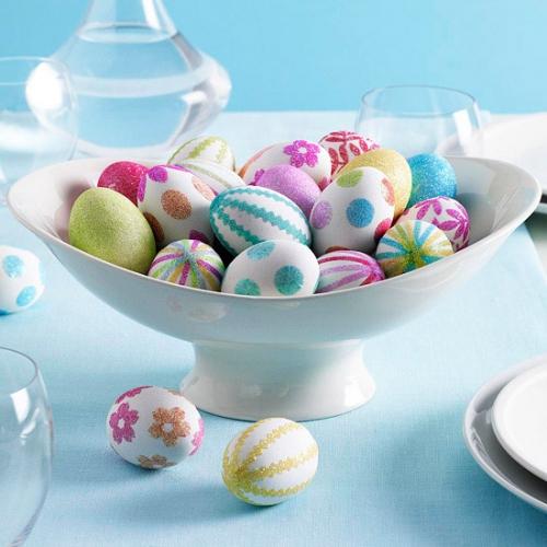 Idee pentru aranjarea oualelor vopsite pe masa de Pasti