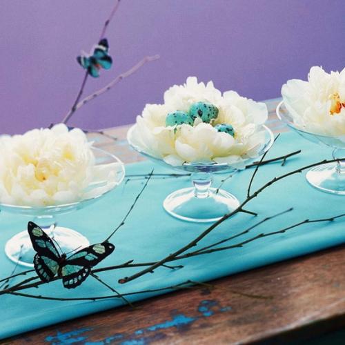 Platouri decorative cu petale de flori si oua vopsite