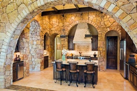 Bucatarie in stil mediteranean cu pereti placati cu piatra mare