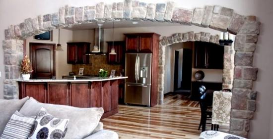 Interior cu intrari in forma de arcada placate cu piatra