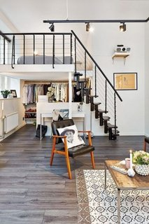 Apartament cu tavan inalt cu scara interioara
