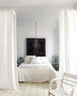 Dormitor delimitat ingenios cu perdele