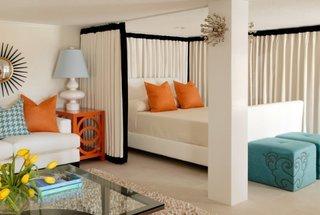 Idee delimitare pat cu ajutorul perdelelor in garsoniera