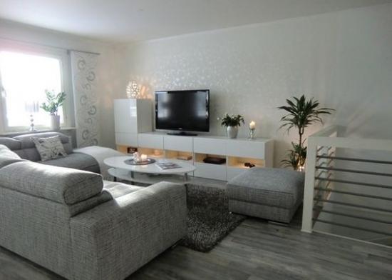 Camera de zi in nuante de gri si televizor mobila alba
