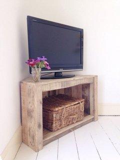 Comoda de lemn pe colt pentru televizor