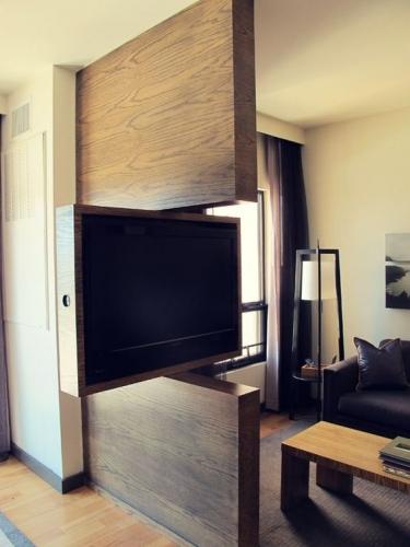 Living cu televizor modern integrat mobilier maro