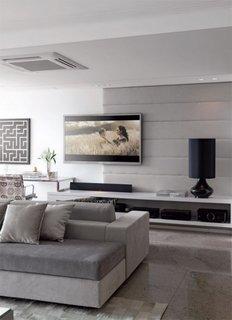 Sufragerie cu televizor pe perete deasupra mobilerului