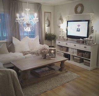 Televizor asezat pe comoda alba stil IKEA