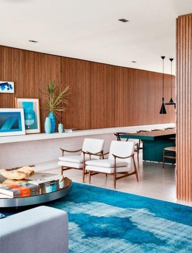 Albastru azuriu combinat cu nuante de lemn deschis in living mediteranean