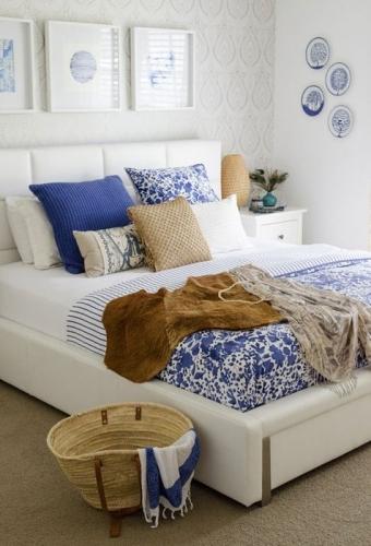 Albastru si maro pete culoare in dormitor alb