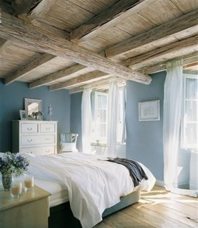 Amenajarea unui dormitor in albatru brebenoc si crem