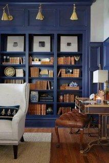 Biblioteca eleganta vopsita cu albastru regal