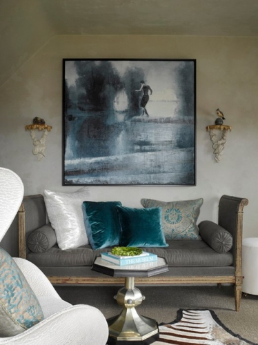 Canapea gri fara spatar cu perne de catifea turcoaz si albe