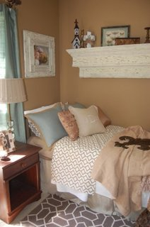 Dormitor amenajat cu bleu si maro nisipiu