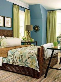 Dormitor cu pereti albastri si perdele verzi decor natural