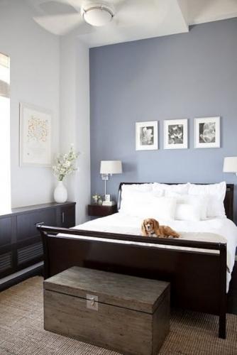 Dormitor cu pereti gri albastrui si mobilier maro inchis