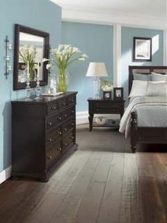 Dormitor zugravit cu bleu si mobilier si pardoseala wenge