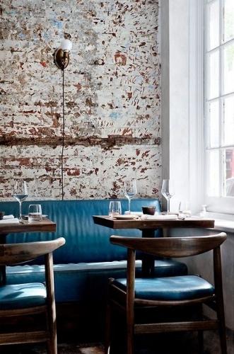 Interior de cafenea cu canapele din piele albastru paun