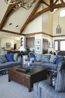 Living cu mobilier moaro inchis si canapea albastra