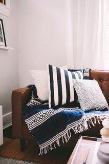 Living in stil scandinav cu pete colorate albastre si maro