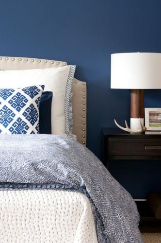 Perete albastru inchis in dormitor